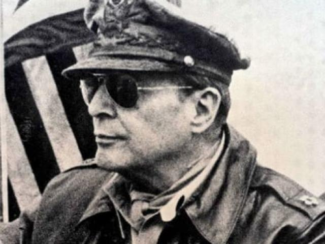 Tướng ngoại quốc duy nhất chỉ huy cả Nhật hoàng, khiến nước Nhật nể phục hậu Thế chiến II