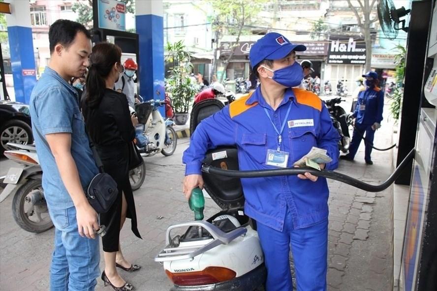 Giá xăng dầu giảm lần thứ 3 liên tiếp trong kỳ nghỉ lễ - 1