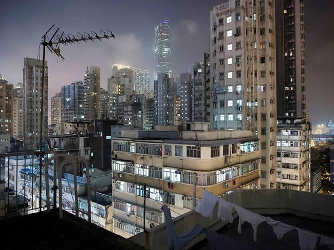 Toàn cảnh các tòa chung cư và trung tâm thương mại ởYau Tsim Mong một nơi có những chỗ ở nhỏ ở Hong Kong. Năm 2017, tờ Independent (Anh) đã đăng tải những hình ảnh bên trong các nơi ở chật chội này.