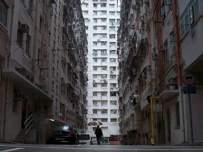 Bất cứ ai đến Hong Kong (Trung Quốc) cũng thấy những tòa cao ốc, chung cư chọc trời và một thành phố giàu có. Nhưng đằng sau sự hào nhoáng đó, trong lòng Hong Kong vẫn có những nơi ở nhỏ đến mức giật mình.
