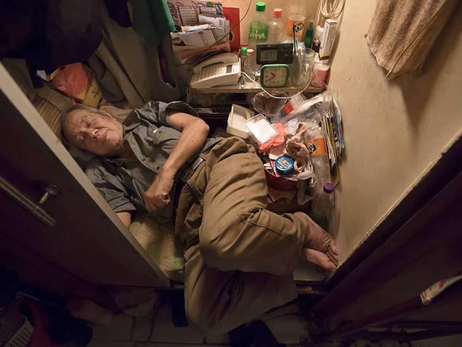 """Cheung Chi-fong, 80 tuổi ngủ trong một """"nhà quan tài"""" nhỏ bé đến mức thậm chí không thể duỗi chân."""