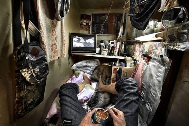 """Còn nhiếp ảnh gia Benny Lam cũng đã ghi lại những hình ảnh chân thực trong các """"nhà quan tài"""" ở Hong Kong đăng trên tờ The Guardian."""
