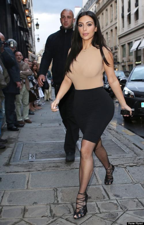 Kim Kardashian phối áo màu da với trang phục nào cho hợp? - 1