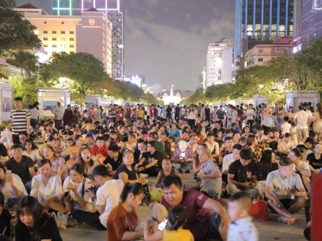 Biển người đổ về trung tâm Sài Gòn chờ xem pháo hoa nghệ thuật mừng Tết độc lập