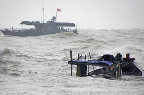 Tàu câu mực cùng 44 ngư dân chìm ở Trường Sa: 3 người còn mất tích - 1