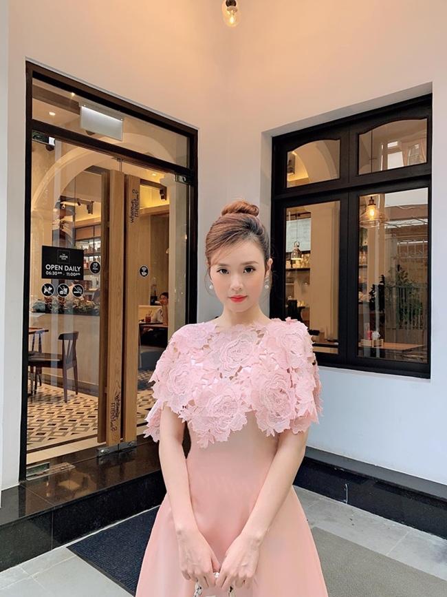 Ngoài công việc phim ảnh, Midu còn ra mắt thương hiệu thời trang riêng do chính cô thiết kế với phong cách nhẹ nhàng, nữ tính vào năm 2016. Hiện tại, cửa hàng thời trang của nữ diễn viên 8X đời cuối có thêm 2 cửa hàng khác tại Tp. HCM. Bên cạnh đó, người đẹp 30 tuổi còn cho ra mắt khu ăn chơi mua sắm kết hợp ẩm thực thời trang đầu tiên tại Tp. HCM với số tiền đầu tư lên đến 15 tỷ đồng.