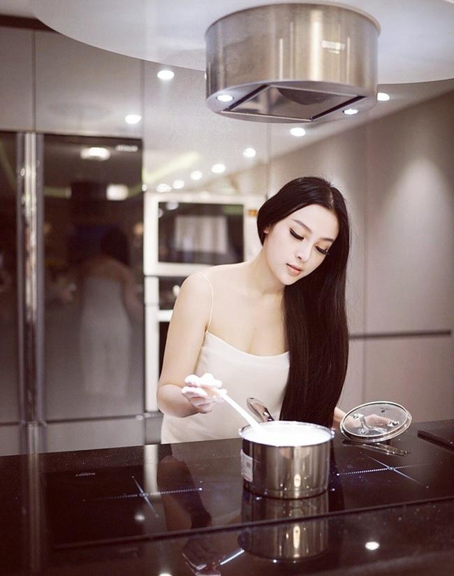 Khi rảnh rỗi, người đẹp tự tay vào bếp nấu nhiều món ngon cho ông xã và hai con nhỏ.