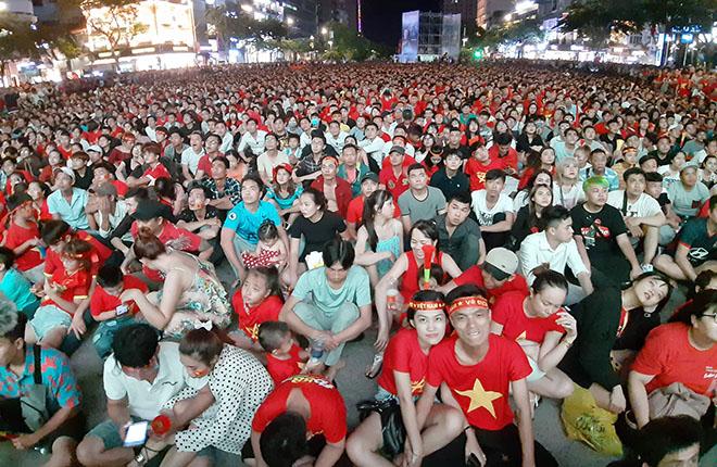 Bóng đá Việt Nam đấu Thái Lan: Hủy chiếu ở phố đi bộ Nguyễn Huệ - 1
