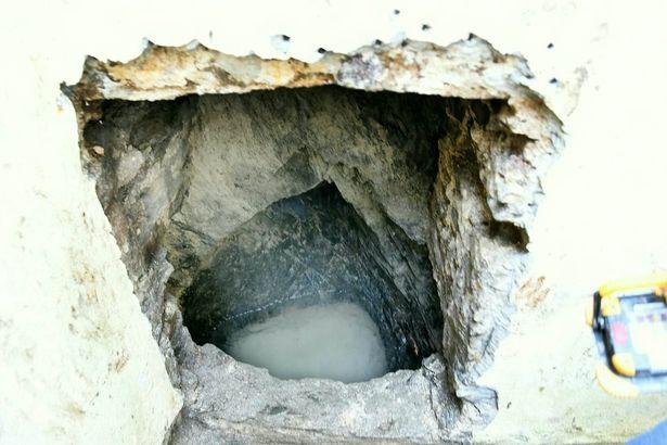 Cặp đôi sửa nhà, phát hiện dưới nền có giếng cổ với nhiều đồ vật không ngờ - 1