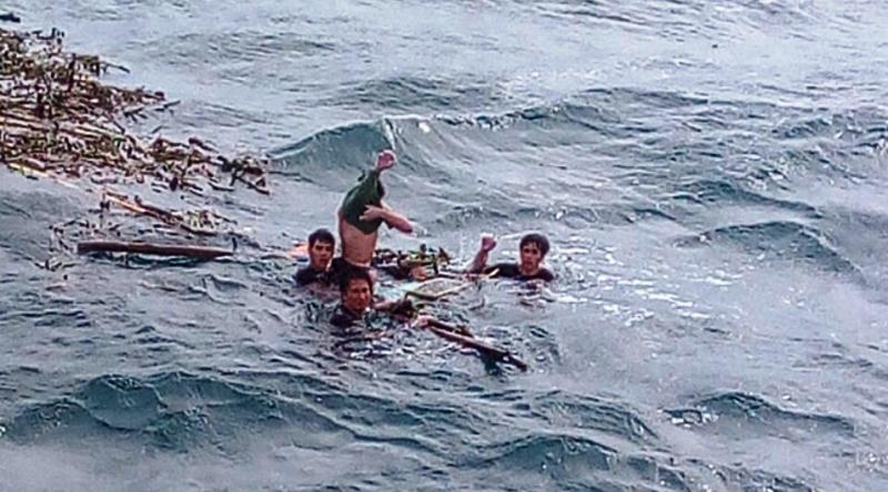 Chùm ảnh: Rưng rưng xúc động đón 3 ngư dân bơi 25 giờ trở về - 1