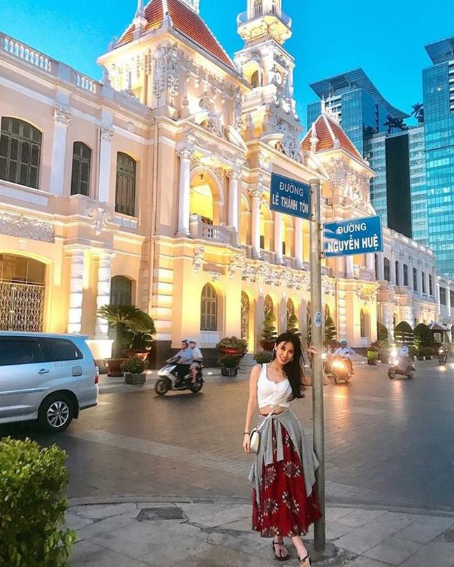 Bên cạnh khu du lịch Suối Tiên, người đẹp này còn tới nhiều địa điểm nổi tiếng ở Tp.HCM như Bưu điện thành phố, nhà thờ Đức Bà, chợ Bến Thành...