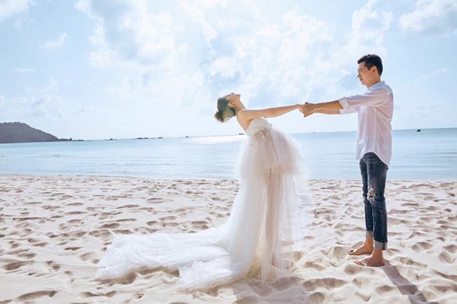 Khung cảnh biển Việt Nam làm nền cho bức hình tình yêu của vợ chồng nữ diễn viên.