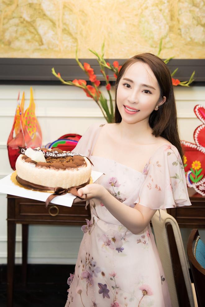 Quỳnh Nga khoe vòng eo 'đánh bại Ngọc Trinh' trong tiệc sinh nhật ở Hà Nội - 1