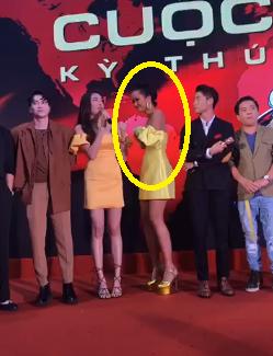 'Đỏ mặt' thay H'Hen Niê khi chỉnh váy cúp ngực lộ liễu trước hàng trăm khán giả - 1
