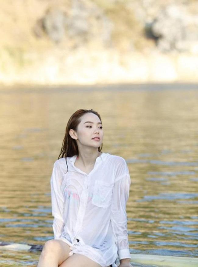 Mình Hằng quyến rũ trong trang phục sơ mi trắng ướt sũng nhìn thấy cả nội y.