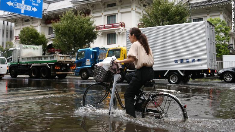 Siêu bão sức gió 200 km/giờ đổ bộ Tokyo, thổi bay xe hơi, giao thông hỗn loạn - 1