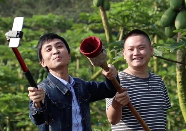 Còn trên nền tảng Kuaishou có hơn 1 triệu người dùng ở nông thôn đã bán sản phẩm địa phương qua các video ngắn và phát livestream. Những người này kiếm được 19 tỷ nhân dân tệ trong năm 2018