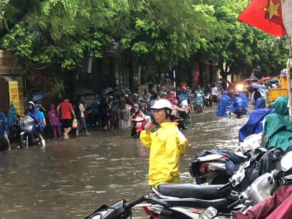 Đường phố Hà Nội tứ bề ùn tắc, ngập sâu sau cơn mưa lớn - 1