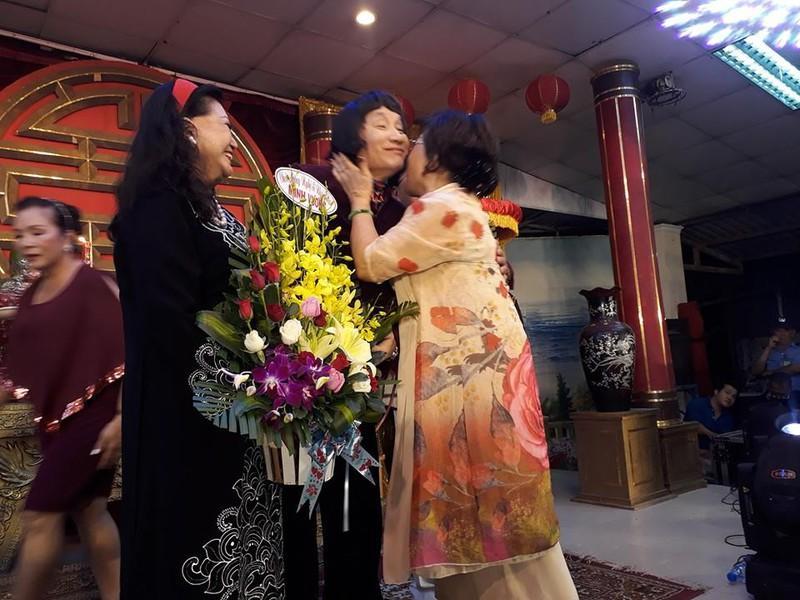 Làm Giỗ Tổ lớn, Minh Vương, Lệ Thủy công khai hôn nhau - 1