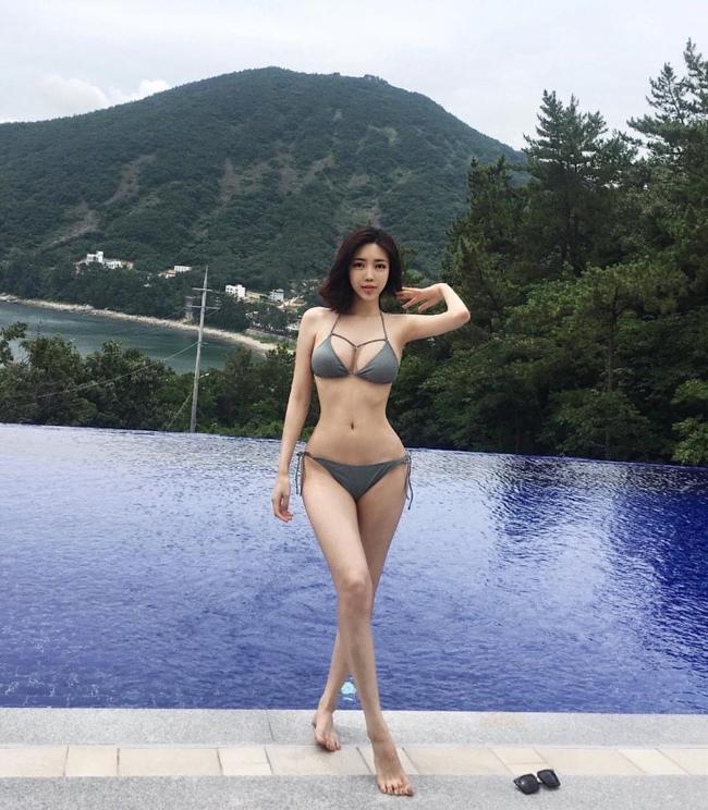 """Choi Somi được mệnh danh """"mỹ nữ 700 tỷ của Vương Tư Thông"""". Biệt danh này xuất phát từ việc người mẫu xinh đẹp xứ Hàn được thiếu gia Trung Quốc bỏ ra số tiền này mời người đẹp ký hợp đồng biểu diễn trong một sự kiện."""