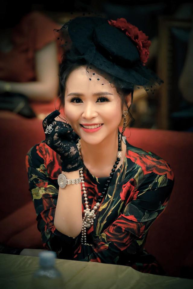 Nữ hoàng Hoa hồng Bùi Thanh Hương hóa công nương với váy đen họa tiết hoa hồng - 1