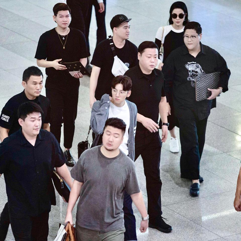 Kẹt xe, hỗn loạn vì Ji Chang Wook, cảnh sát dùng chích điện giải tán đám đông - 1