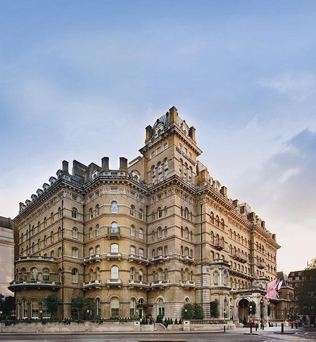 Khách sạn Langham, Luân Đôn: Khách sạn lâu đời này rất đẹp và có kiến trúc độc đáo, ấn tượng. Người ta đồn đại những linh hồn không thể siêu thoát luôn ám ảnh khách sạn như cựu Hoàng đế Louis Napoleon III và một hoàng tử người Đức thường lang thang ngoài hành lang.