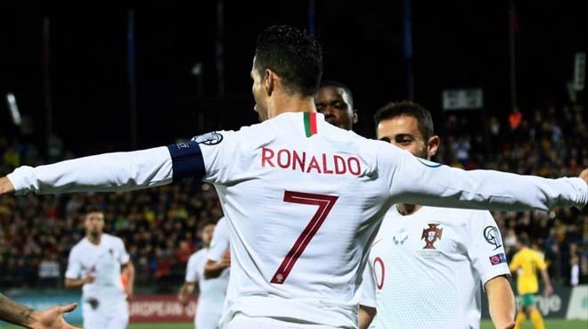 """Ronaldo lập poker cho Bồ Đào Nha: CR7 vĩ đại nhất châu Âu, Messi """"hít khói"""" - 1"""