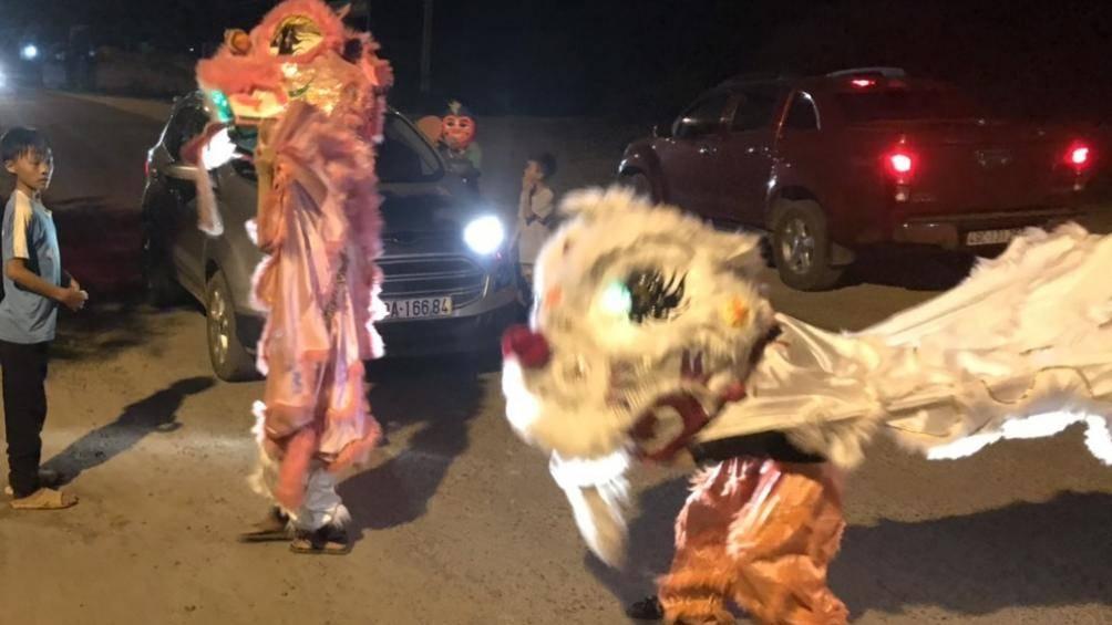 Clip: Kinh hãi nhóm thiếu niên múa lân lao ra đường chặn đầu ô tô xin tiền - 1