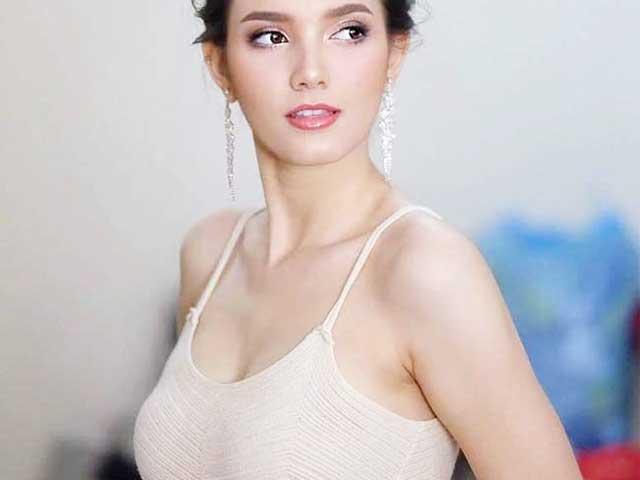 """""""Hoa hậu đẹp nhất lịch sử Lào"""" cũng mê mốt không nội y, váy áo tôn ngực đầy"""