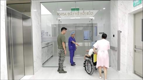 Sự thật bức ảnh bác sĩ bắt tay bệnh nhân trước khi vào phòng mổ - 1