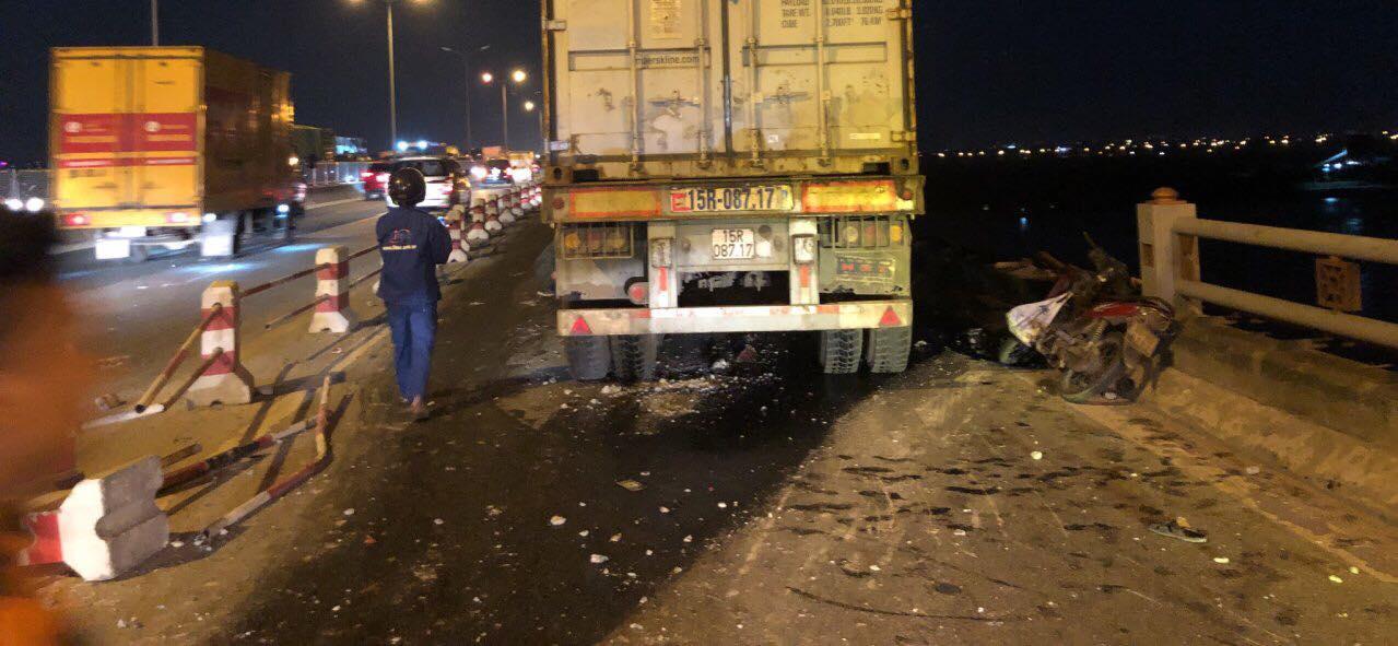 Xe container đâm hàng loạt xe trên cầu Thanh Trì, người đi xe máy văng xuống sông - 1