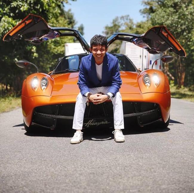 Hình ảnh đời thường của vị đại gia trẻ bên siêu xe Pagani Huayra có giá 80 tỷ.