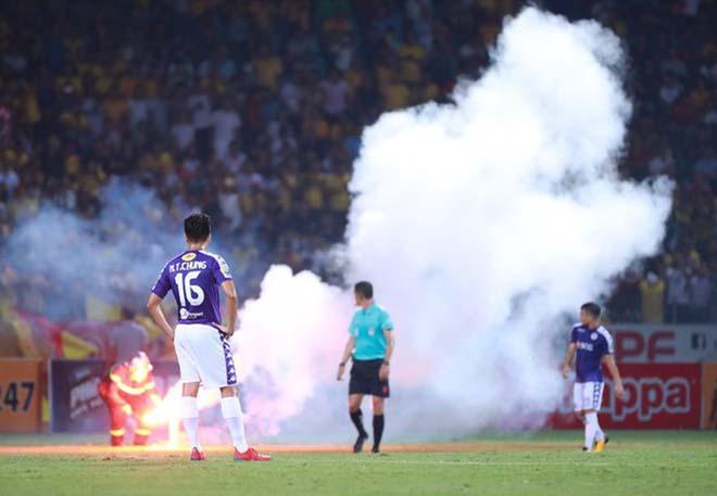 Pháo sáng có thể khiến tuyển Việt Nam thiệt hại lớn ở vòng loại World Cup - 1