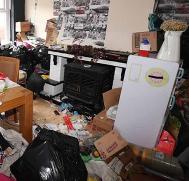 Chủ nhà còn tìm thấy đồ ăn thối rữa nằm trong bếp, giấy dán tường bong tróc, nấm mốc, bụi bẩn, túi rác chứa đầy rác...