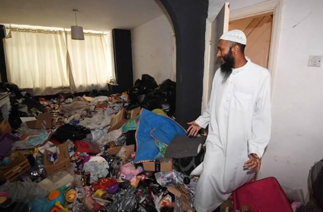 Điều đáng nói làanhShahin Miah muốn vào nhà nhưng bà mẹ có 4 đứa con liên tục từ chối