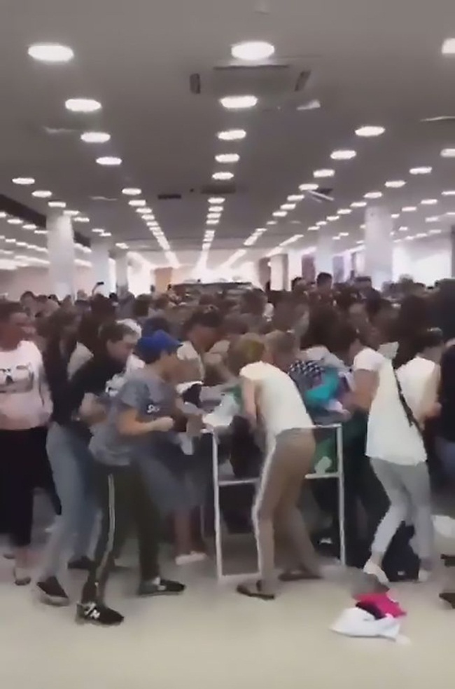 Video: Cửa hàng giảm giá rẻ như cho, khách tràn vào giành nhau hỗn loạn - 1