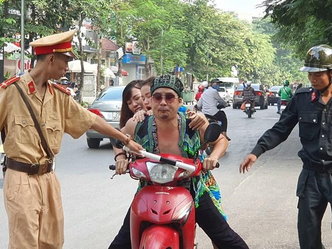 Mai Thỏ bị cảnh sát giao thông tuýt còi, cảnh sát cơ động chặn xe: Sự thật bất ngờ - 1