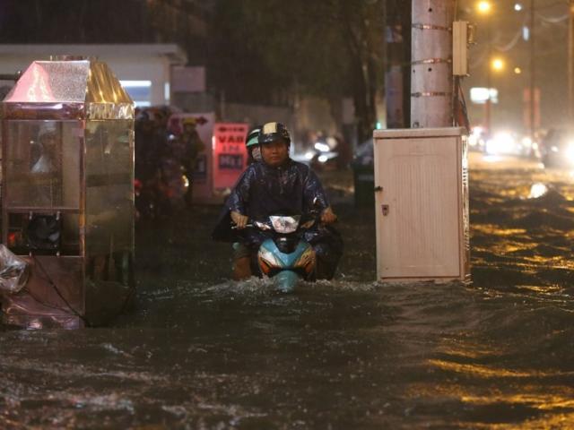 """Đường Sài Gòn như """"bể bơi"""" sau trận mưa lớn, dân gồng mình trở về nhà ngày cuối tuần"""