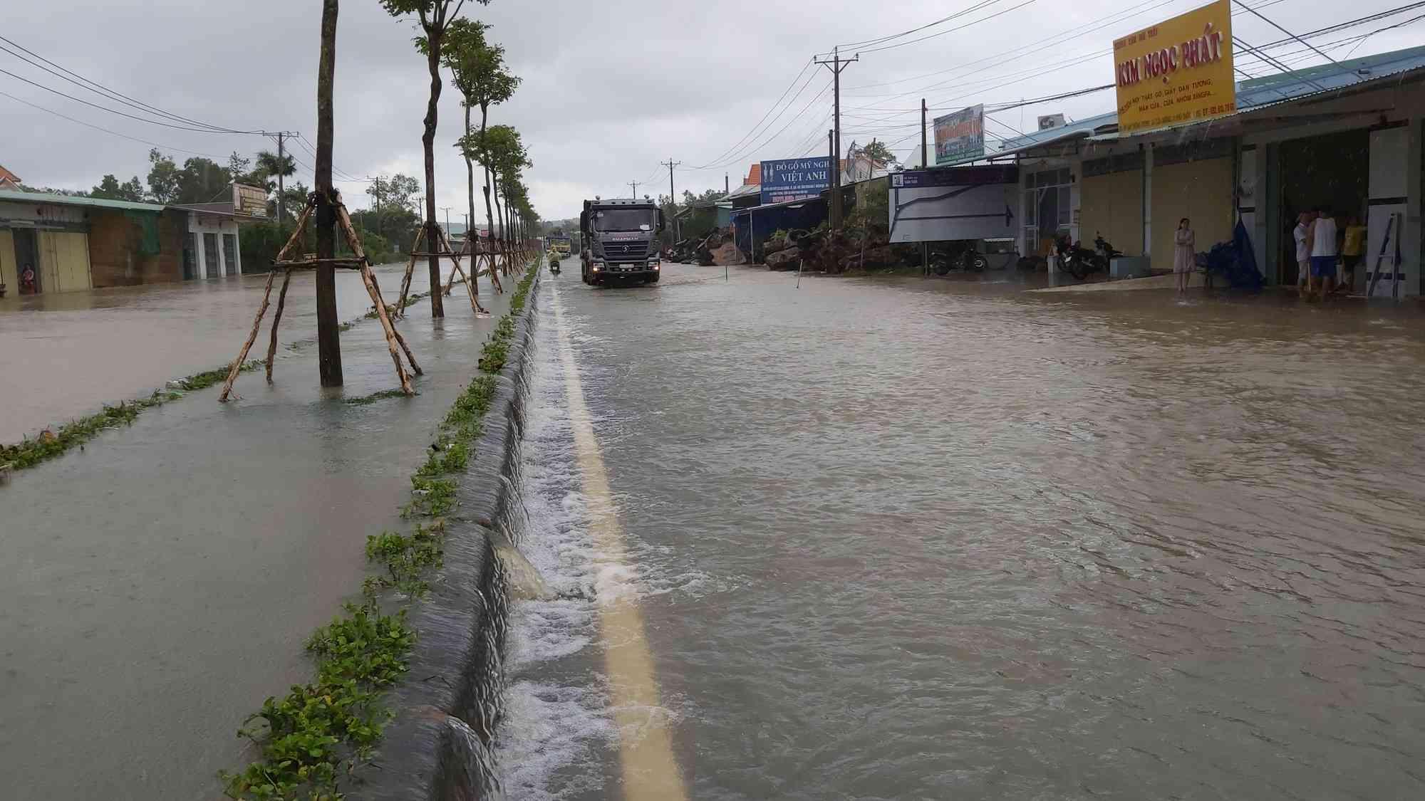 Phú Quốc lại sạt lở, ngập sâu sau cơn mưa lớn kéo dài - 1