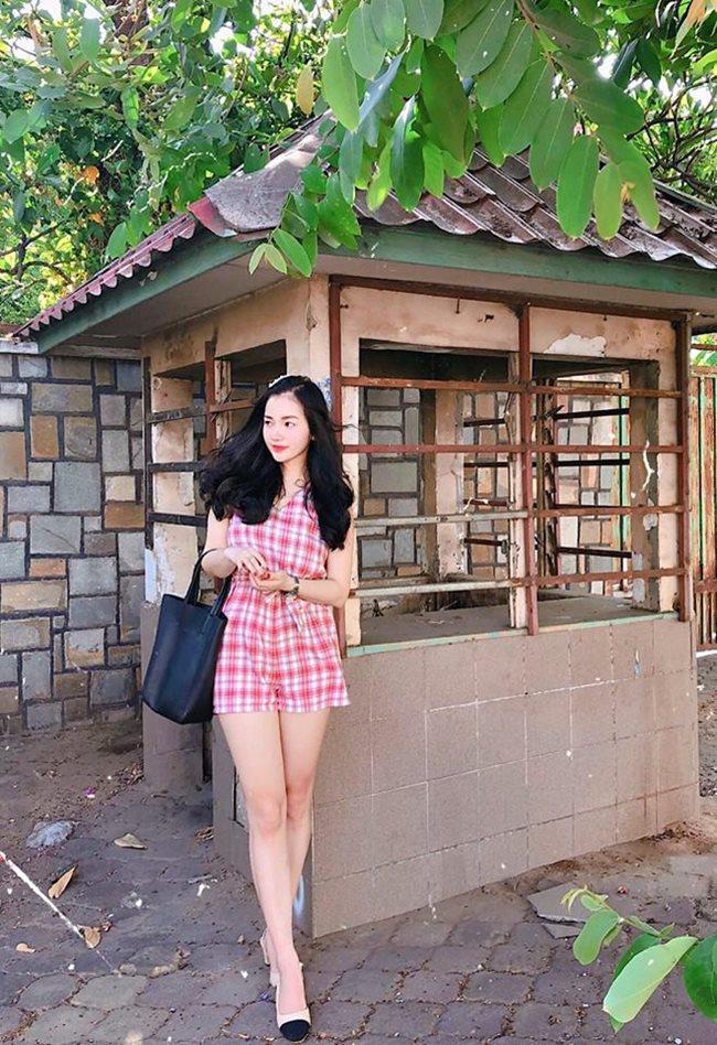 Để giữ dáng và quan trọng hơn là dễ chọn trang phục, Hồng Nhung duy trì chế độ ăn hợp lý. Cô tự hào với vòng 1 của mình và thường chọn những bộ đồ khoe được cơ thể một cách tinh tế nhất.
