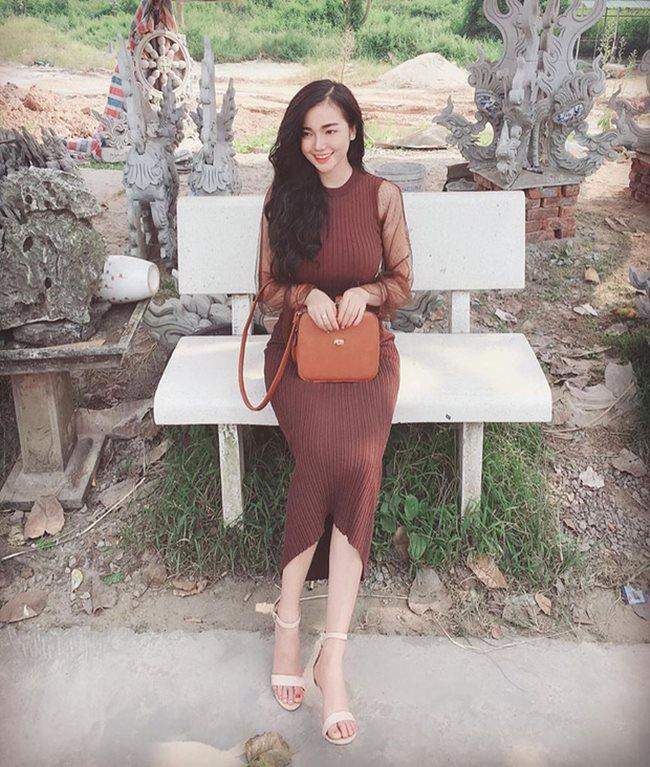 Khi cần lên đồ thanh lịch, sang trọng, Hồng Nhung chọn váy ôm dáng dài, phô diễn trọn đường cong của nàng hot girl được báo Trung dành lời ca ngợi hết lời.