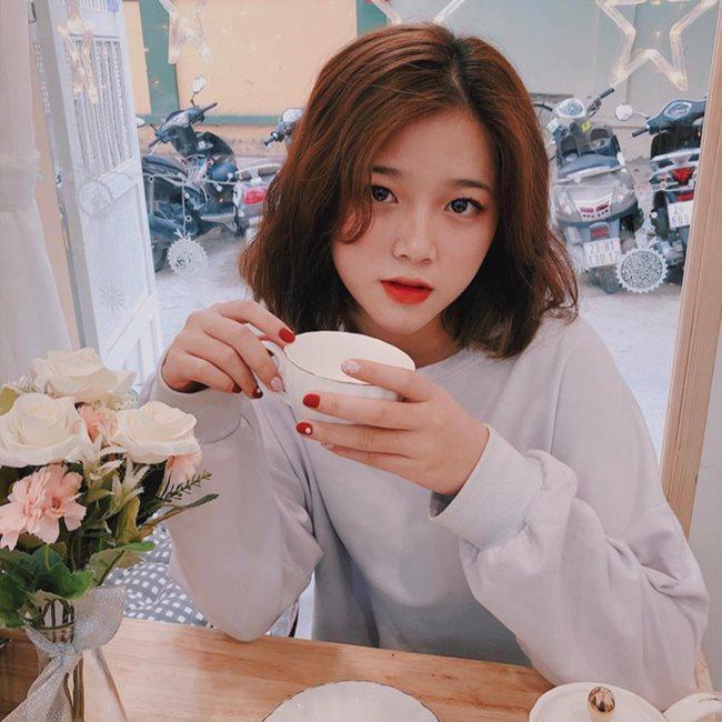 """Cận cảnh nhan sắc của Khánh Ly, cô từng nhận được lời đề nghị đi cà phê với giá 100 triệu đồng vì là """"bóng hồng trong mộng của nhiều chàng trai""""."""