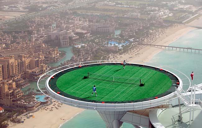 Sân chơi tennis ở độ cao hơn 300 mét.