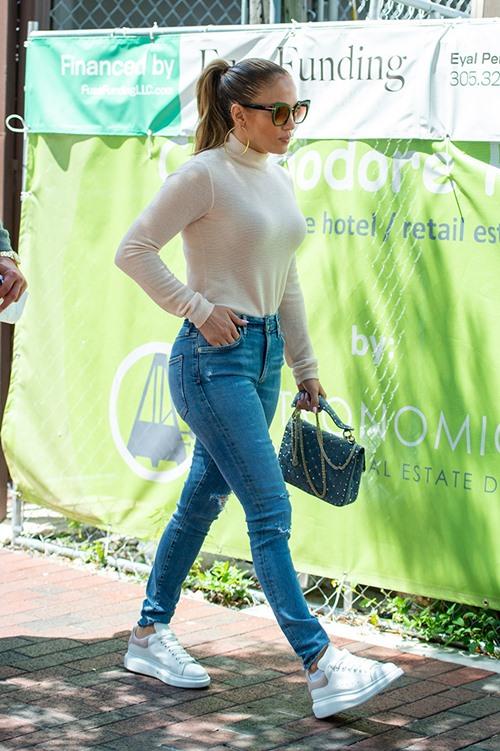 Lỗi mặc quần jeans khiến chị em trông béo và lùn - 2