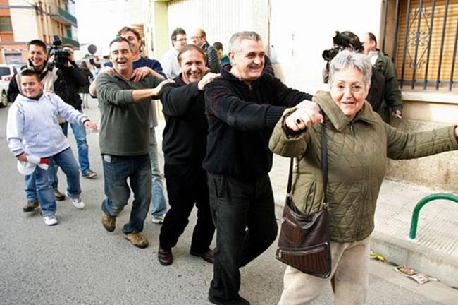 Năm 2012, ngôi làng Sodeto ở Tây Ban Nha tổ chức ăn mừng, vì cả làng trúng xổ số giải nhất và mọi người trong làng đều được chia thưởng.