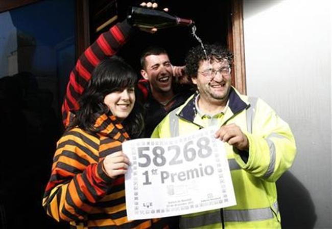 Cư dân trong làng này trúng thưởng xổ số El Gordo - The Fat One. Người dân trong làng mua vé cùng dãy số là58.268. Tiền thưởng sẽ được chia dựa trên số tiền vé mà các gia đình trong làng bỏ ra mua.