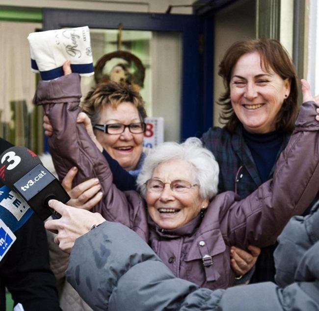 Năm đó, có 1.800 vé trúng giải nhất. Dân làng này nhận được khoảng 100 triệu bảng (~2,9 nghìn tỷ).