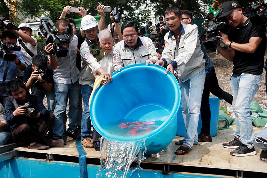 """Clip: Thả hàng trăm con cá chép xuống sông Tô Lịch khi """"bảo bối"""" của Nhật hết hạn thử nghiệm - 2"""