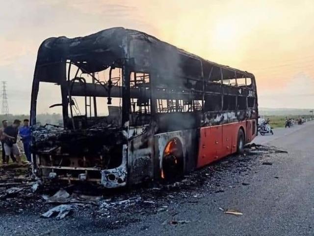 Hành khách gào thét tháo chạy khỏi xe khách rực lửa trên quốc lộ